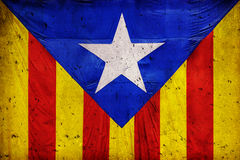 以一个混凝土墙为背景的加泰罗尼亚的旗子 库存图片
