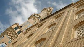 一个清真寺在库尔德斯坦,伊拉克坐在一朵蓝天和白色云彩下 库存图片
