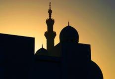 一个清真寺的日落剪影Unated阿拉伯酋长管辖区的 免版税库存图片