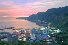 一个渔村的鸟瞰图在台北台湾北海岸的黎明| 免版税图库摄影