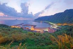 一个渔村的鸟瞰图日出的在海岸北部向台北台湾 库存图片