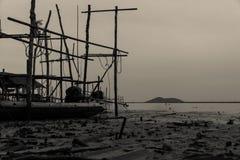 一个渔船在离海岸的附近在海flo旁边的水公园 免版税库存照片