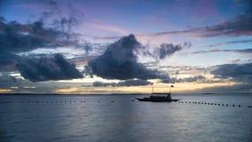 一个渔船的剪影 免版税库存图片