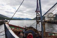 一个渔船的弓的细节在Ullapool港的高地的在苏格兰 免版税库存图片