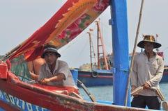 一个渔船的渔夫准备为鱼的一个更好的来源去近海处 免版税库存图片
