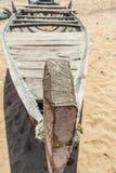 一个渔船的骨骼狭窄的迷离视图在海滨, Kailashgiri,维沙卡帕特南,安得拉邦, 2017年3月05日单独停放了 库存图片