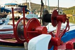 一个渔船的细节在有红色五颜六色的机械的一个港口 库存照片