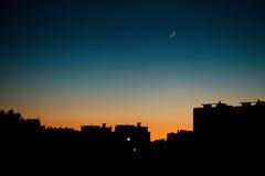 一个温暖的夏天晚上在城市 免版税库存照片