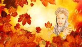 戴一个温暖的帽子的可爱的金发碧眼的女人的综合图象 图库摄影