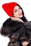 一个温暖的帽子的微笑的少妇 免版税库存图片