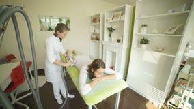 一个温泉沙龙的妇女与医护人员 LPG系统 影视素材