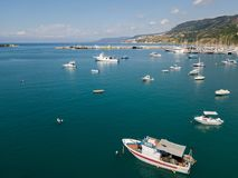一个港口的鸟瞰图有被停泊的小船的 小船钓鱼 免版税图库摄影