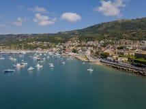 一个港口的鸟瞰图有被停泊的小船的 小船钓鱼 库存照片