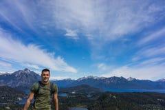 一个游人在圣卡洛斯de巴里洛切,阿根廷山和湖  图库摄影