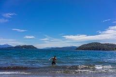 一个游人在圣卡洛斯de巴里洛切,阿根廷山和湖  库存图片