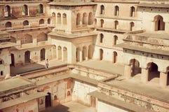 一个游人的图水平迷宫的在堡垒贾汉吉尔玛哈尔历史结构的  图库摄影