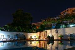 一个游泳池在晚上 库存照片