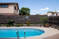 一个游泳池在邻里 免版税库存图片