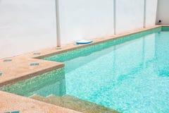一个游泳池的现代后院与房子的 库存照片