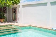 一个游泳池的现代后院与房子的 免版税库存照片