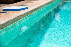 一个游泳池的现代后院用清楚的水 免版税库存图片