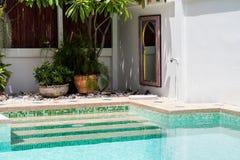 一个游泳池的现代后院用清楚的水 库存图片
