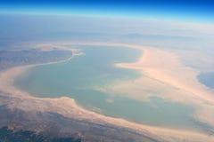 一个湖在沙漠 库存图片