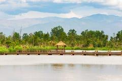 一个湖的一点木亭子有山的在背景中 免版税库存照片