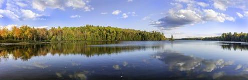 一个湖的全景在秋天-安大略,加拿大 免版税库存照片