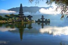 一个湖的平安的看法巴厘岛的印度尼西亚 免版税图库摄影