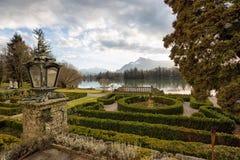 一个湖的庭院在日落期间 免版税图库摄影