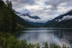 一个湖的意想不到的风景在有瑞士阿尔卑斯的瑞士 图库摄影