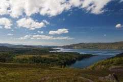 一个湖的美好和平静的风景苏格兰,英国的高地的 库存图片