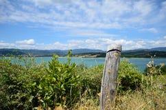 一个湖的美妙的看法从乡下, Lago di Bilancino,佛罗伦萨的 库存照片