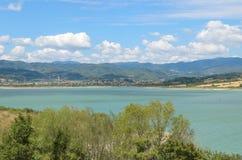 一个湖的美妙的看法从乡下, Lago di Bilancino,佛罗伦萨的 免版税图库摄影