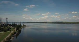 一个湖的航拍天空蔚蓝背景和Burshtyn,乌克兰白色云彩的  股票录像
