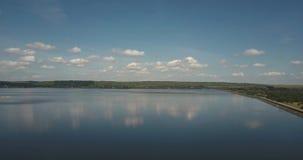 一个湖的航拍天空蔚蓝背景和Burshtyn,乌克兰白色云彩的  股票视频