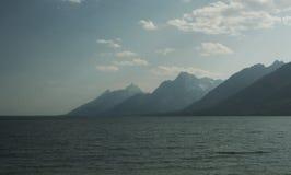一个湖的边缘的大蒂顿山黄昏的 图库摄影