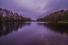 一个湖的长的曝光在日出之前的 免版税库存图片