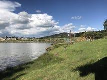 一个湖的风景在操场区域旁边的 免版税库存照片