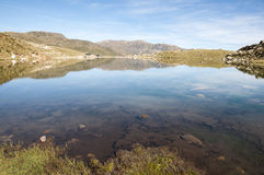 一个湖的风景高山的 库存照片