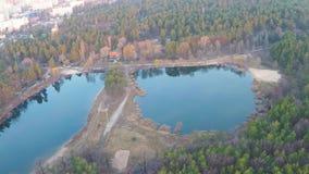 一个湖的鸟瞰图在有一个沙滩的一个杉木森林里在日出的早期的春天 影视素材