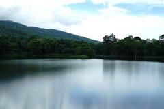 一个湖,在山区和有蓝天在背景 免版税库存图片