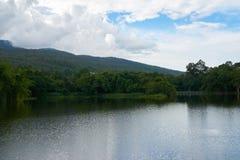 一个湖,在山区和有蓝天在背景 库存图片
