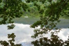 一个湖,在山区和有蓝天在背景 免版税库存照片