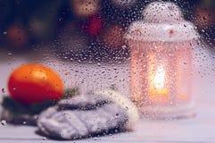 一个湿玻璃圣诞节蜡烛的艺术性的照片 图库摄影