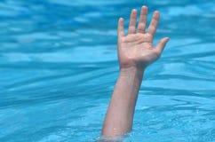 一个溺水的人的手 库存照片