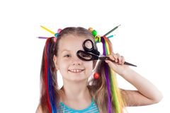 一个滑稽的女孩的画象有五颜六色的子线的在她的头发 色的铅笔,小珠,上色了头发子线在她的头发的 她是ho 图库摄影
