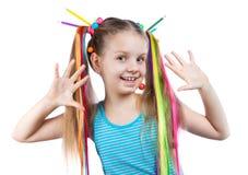 一个滑稽的女孩的画象有五颜六色的子线的在她的头发 色的铅笔,小珠,上色了头发子线在她的头发的 库存照片