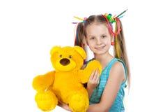 一个滑稽的女孩的画象有五颜六色的子线的在她的头发 色的铅笔,小珠,上色了头发子线在她的头发的 女孩举行 免版税库存照片
